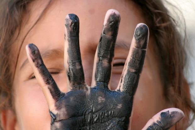 kid-girl-dirty-hand