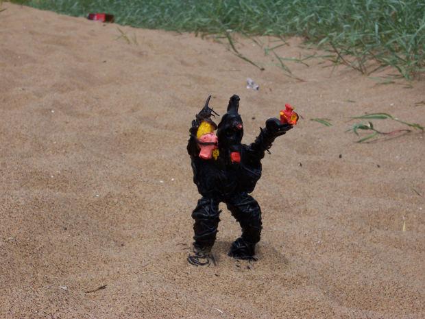 black-alien-sand